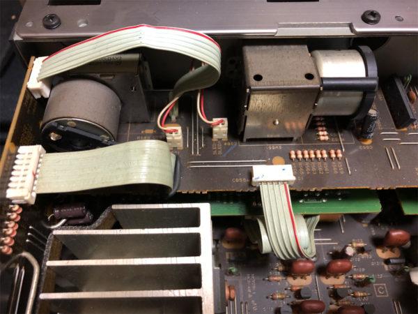 YAMAHA AX-10、分解・フラットケーブルのコネクタ