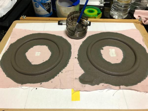 スピーカーエッジの作り方、最初の液体ゴムの塗布